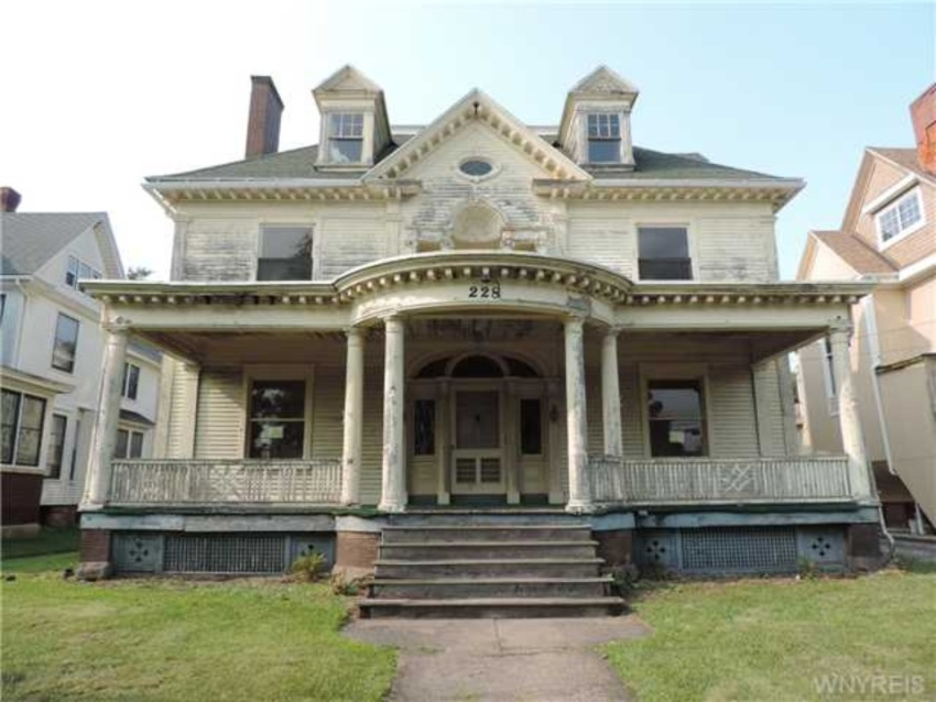 Crumbling mansions for under 100 000 zillow porchlight for Nyc mansions for sale