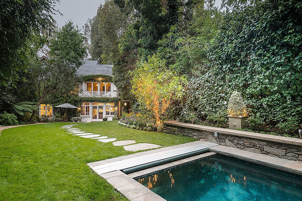 Report jennifer lawrence buys jessica simpson 39 s former for Buy house beverly hills