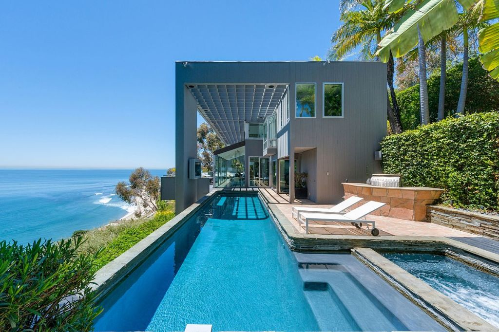 Update matthew perry gets for malibu beach house for Malibu mansions for rent