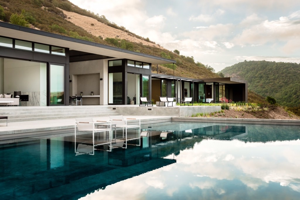 10 ultra modern homes fit for the 39 hunger games 39 capitol for Ultra modern houses for sale