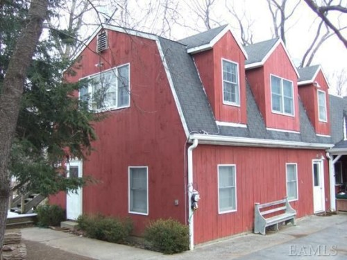 A quaint barn apartment measuring 600 square feet is available for rent.