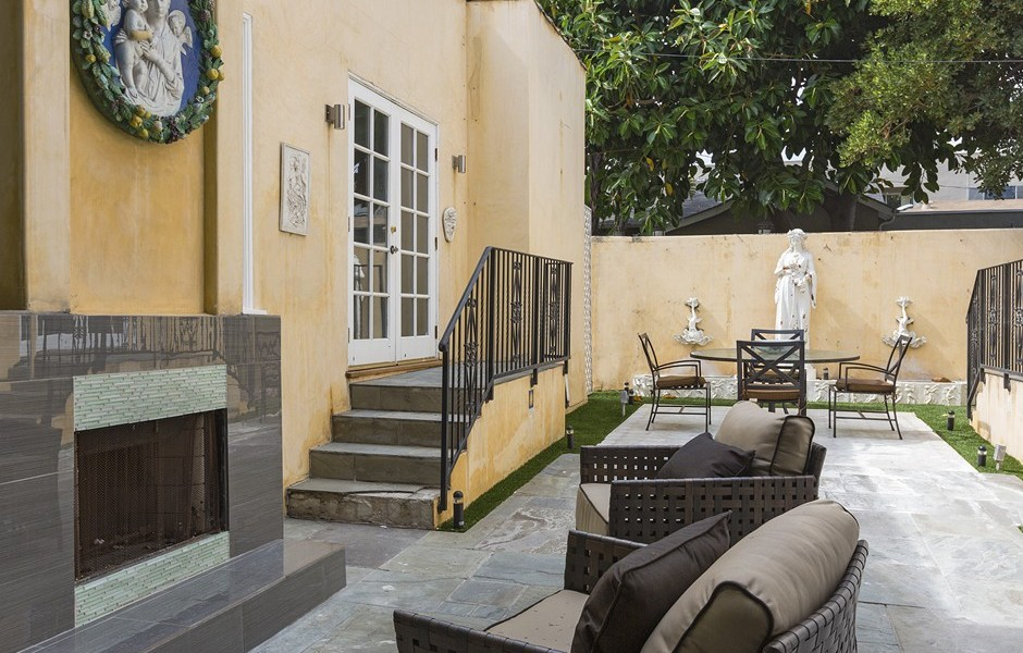 Update faye dunaway 39 s west hollywood compound goes for 1 for Zillow duplex los angeles