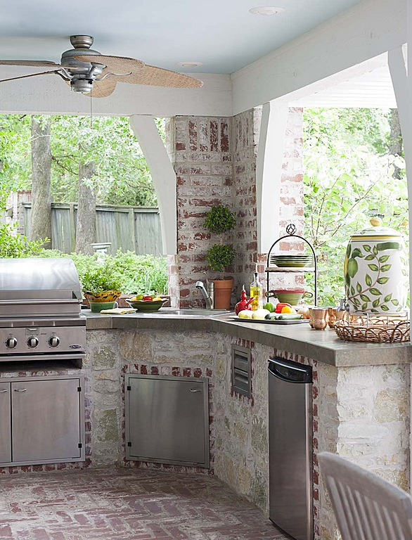 Dig this trend outdoor kitchens zillow porchlight for Traditional outdoor kitchen designs